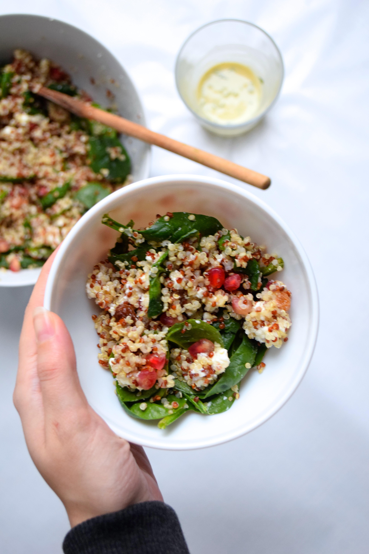 Salade de quinoa aux pousses d'épinard, grenade, feta, raisins