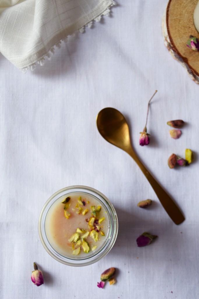 pot de panacotta à la rose, purée de litchi et éclats de pistaches vue de haut