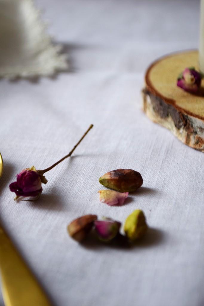 boutons de roses séchées et pistaches pour les panacottas