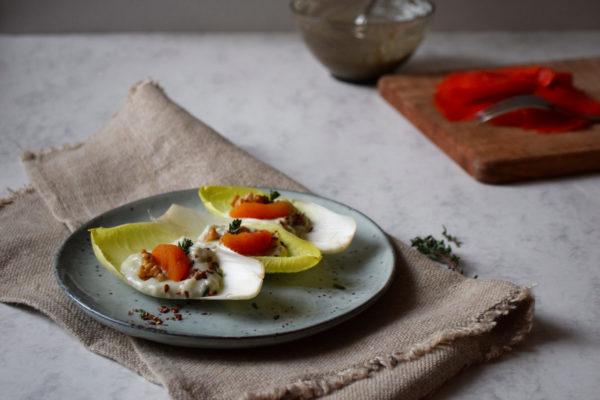 salade endives crème de gorgonzola abricots secs noix thym vue devant