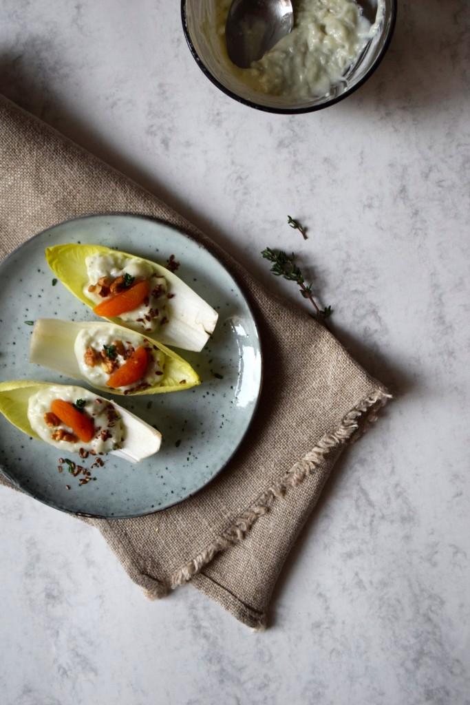 salade endives crème de gorgonzola abricots secs noix thym vue de haut