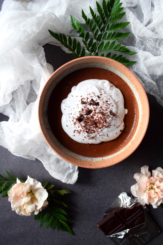 Mousse au chocolat cru & lavande, chantilly à la noix de coco