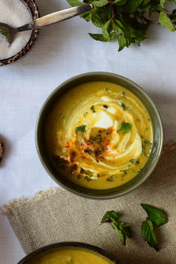 Soupe de lentilles corail à la menthe & yaourt de brebis