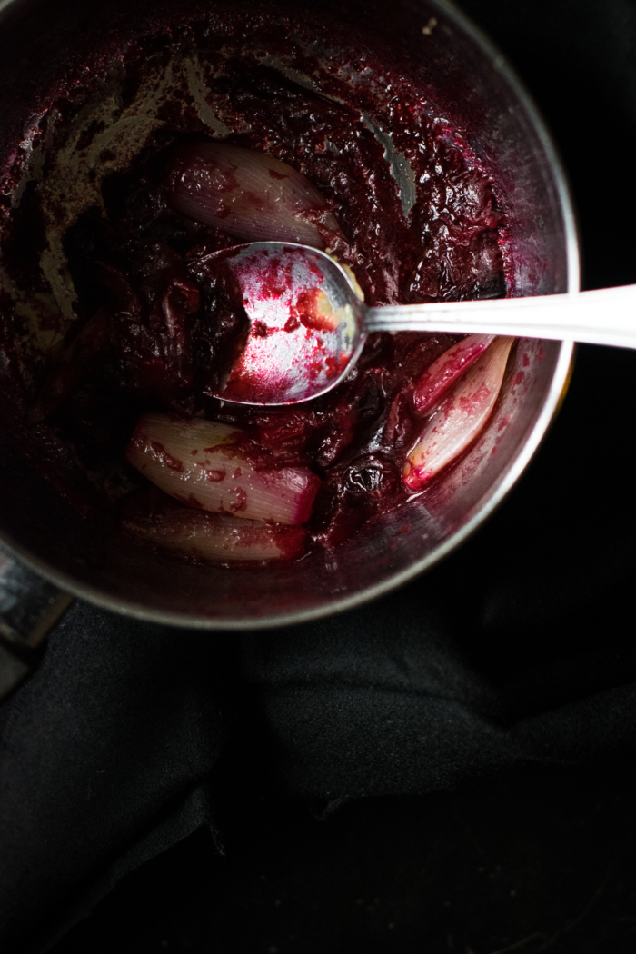 Polenta crémeuse, buratta fumée & sauce échalote-cranberries