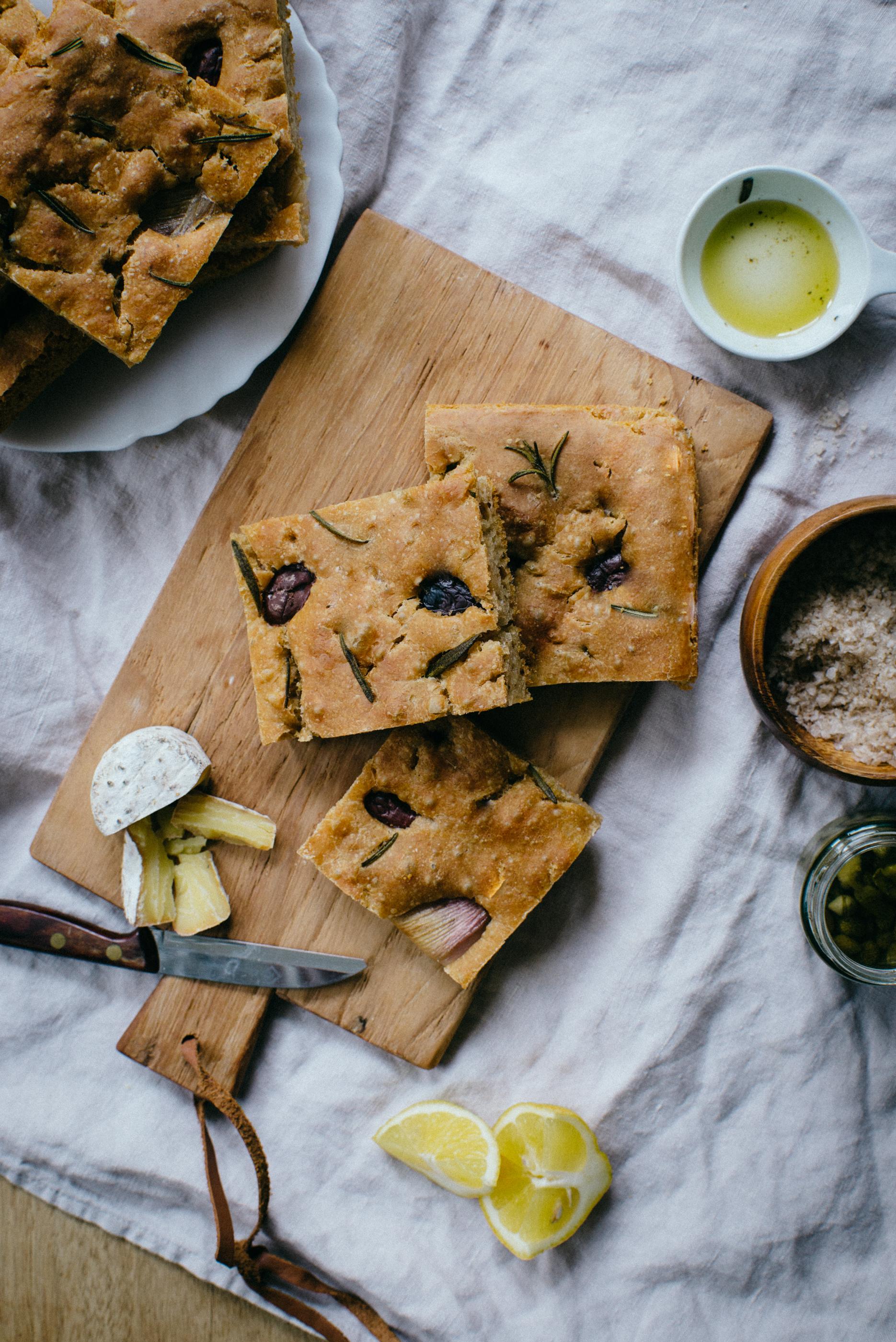 Focaccia au levain – Echalotes, olives & romarin