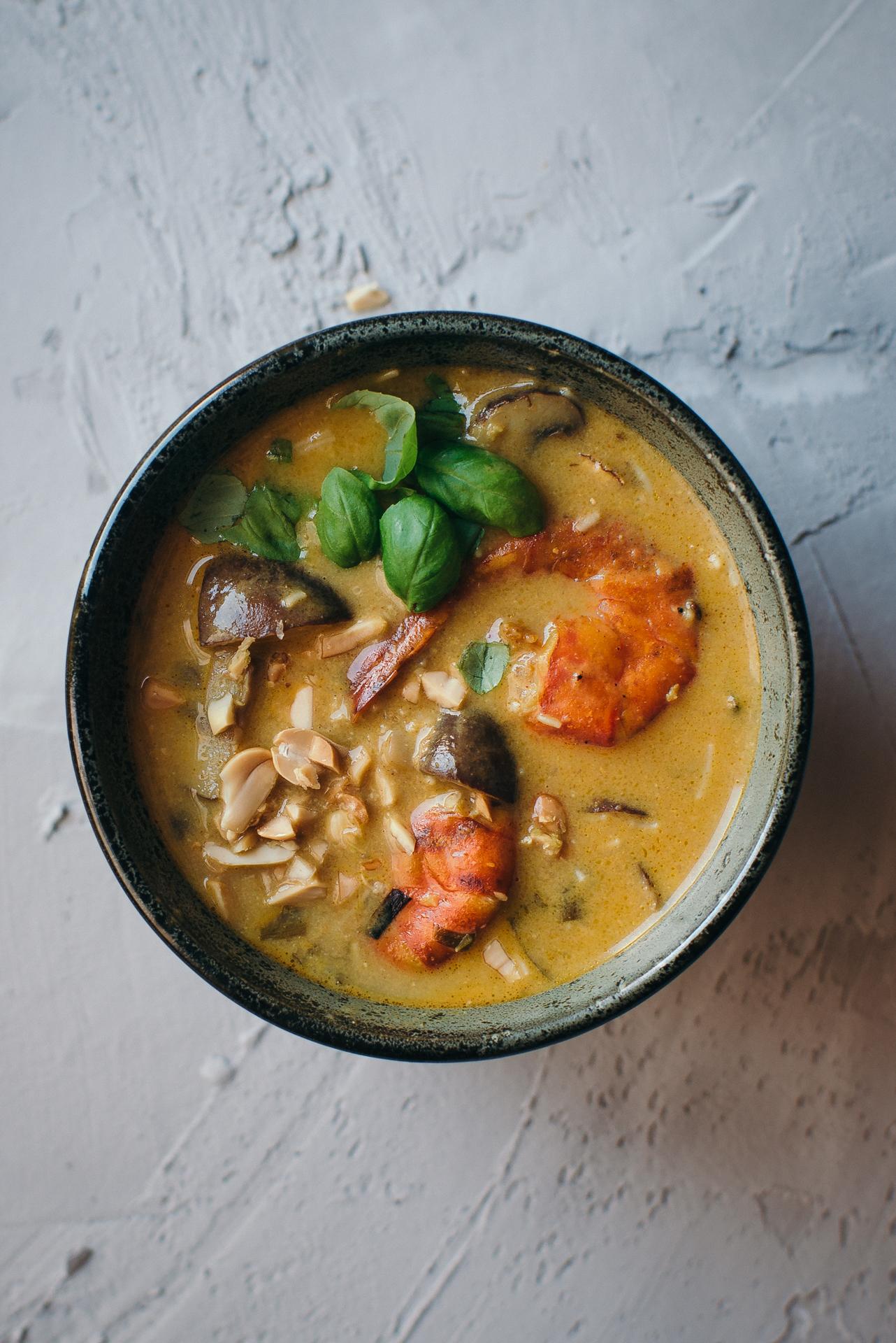 Soupe Thaï aux crevettes, coco & curry