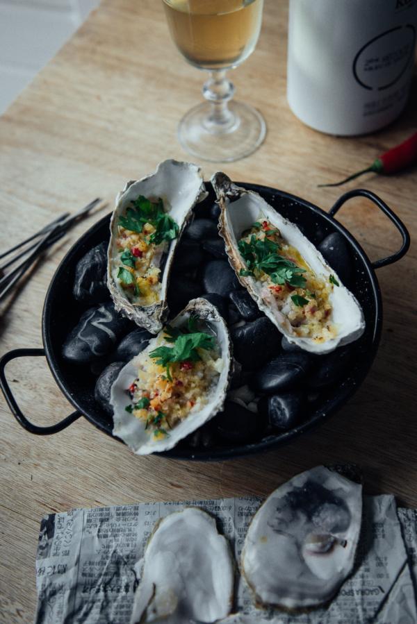 Huîtres gratinées au parmesan, ail, piment, coriandre